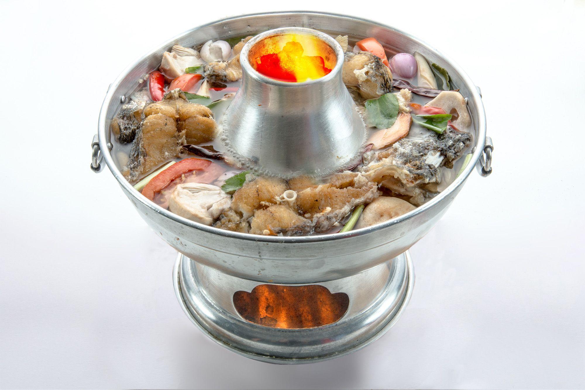 招牌魚頭爐湯汁清甜,另有多種口味的湯頭可選擇。