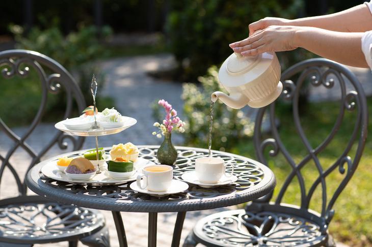 曼谷珍Treasure Spa通羅店的下午茶套餐以及戶外用餐區。