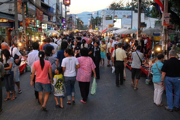 清邁夜市攤位豐富,可以來尋找清邁美食或創意商品(網路圖片)