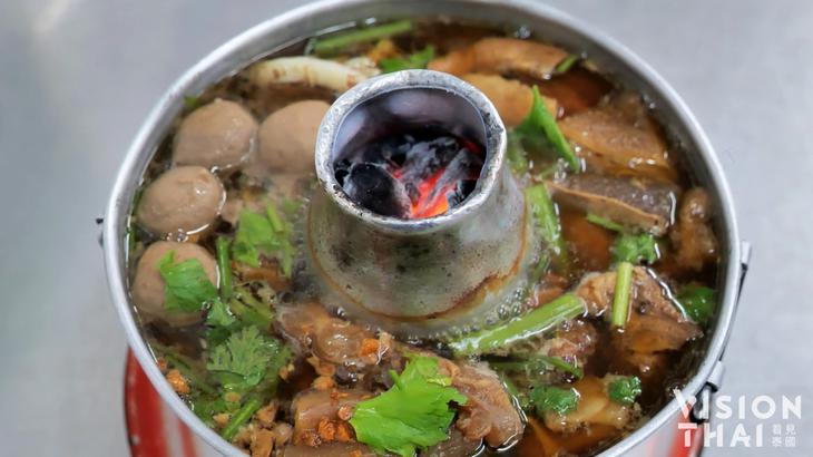 曼谷王春盛牛肉锅汤头浓郁、料多实在(VISION THAI看见泰国)