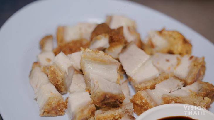 燒腩酥脆好吃,是推薦美食。(VISION THAI 看見泰國)