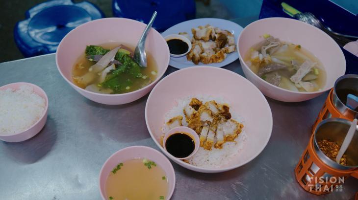 曼谷亞明粿汁豬雜料高達10種。(VISION THAI 看見泰國)