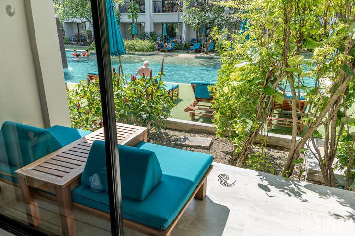 普吉島班泰希爾頓逸林度假村泳池連通房,打開房間落地窗即是泳池。