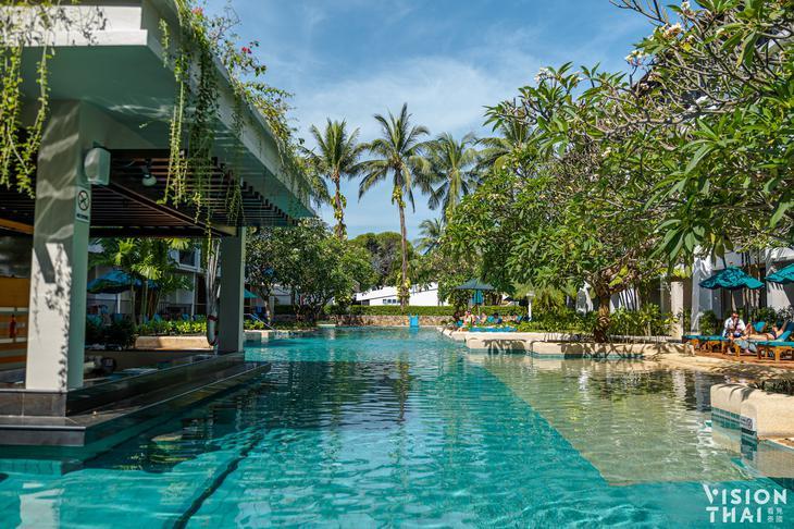 普吉岛班泰希尔顿逸林度假村有3个大型泳池