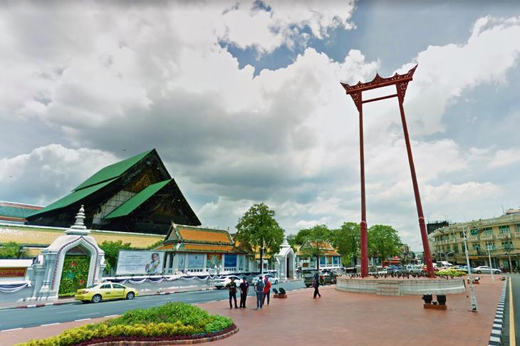 曼谷紅色大鞦韆現佇立在舊城區街頭