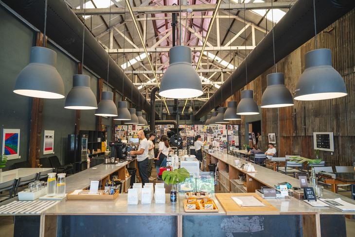 曼谷Warehouse 30文创园区 进驻各式各样的咖啡厅与店家(图片来源:网路)