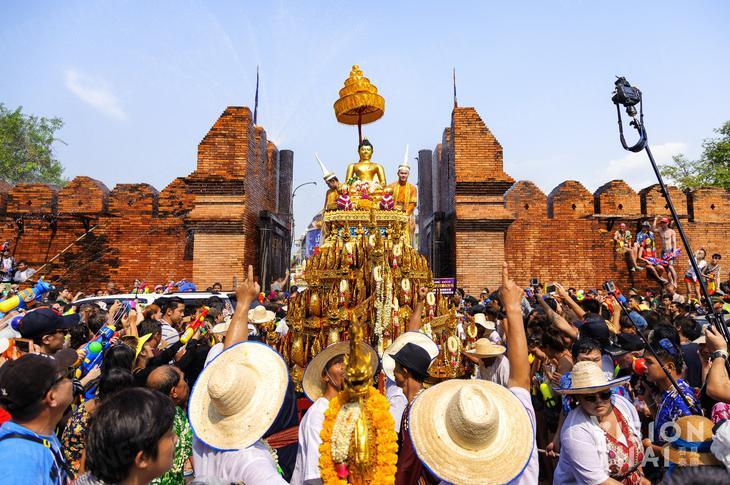 清邁帕辛寺每年潑水節會舉辦最盛大的浴佛活動,吸引許多遊客參加(VISION THAI 看見泰國)