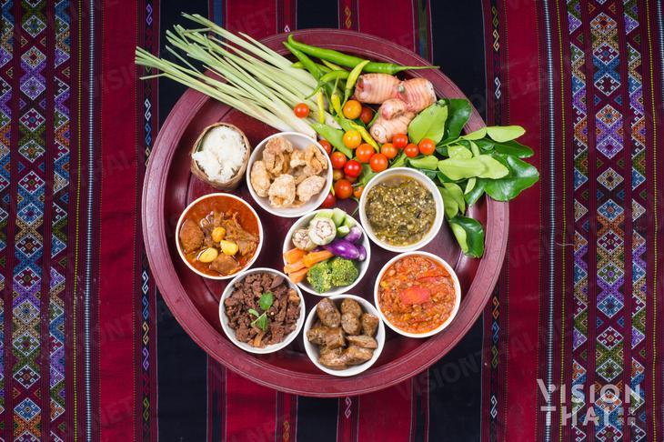 傳統蘭納菜喜歡食材沾醬料配著吃,更能吃出食物的新鮮風味(VISION THAI 看見泰國)