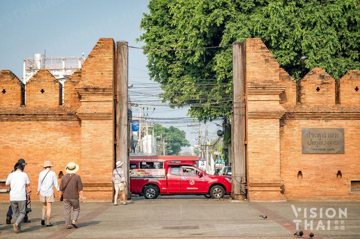 清邁塔佩門是保存最良好的城門,搭乘紅色雙條車就可造訪古城區。(VISION THAI 看見泰國)