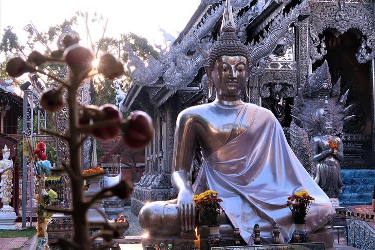 以全銀打造的清邁素攀寺位在瓦萊區,是知名清邁寺廟(網路圖片)