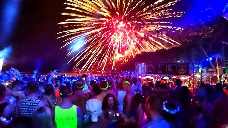 蘇美島著名節慶活動-滿月派對是世界3大狂野派對之一(圖片來源:Fullmoonparty Thailand官方臉書粉專)